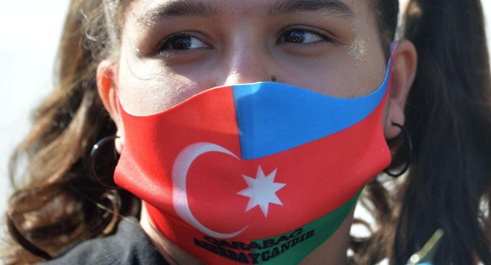 Bambina indossa mascherina con bandiere di Turchia e Azerbaigian