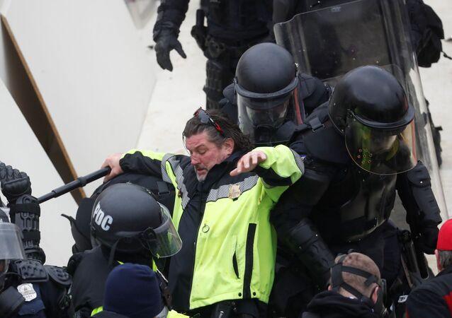 Scontri tra i manifestanti pro-Trump e la polizia davanti al Congresso