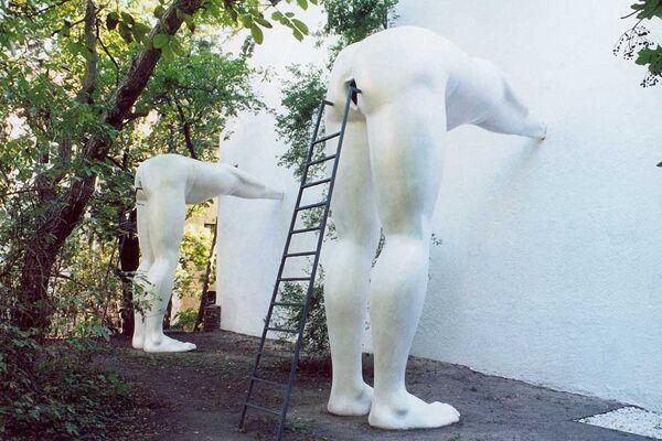 """La scultura dello scultore ceco David Černý Brown-Nosers, ovvero """"Il Leccaculo"""", Praga.  - Sputnik Italia"""