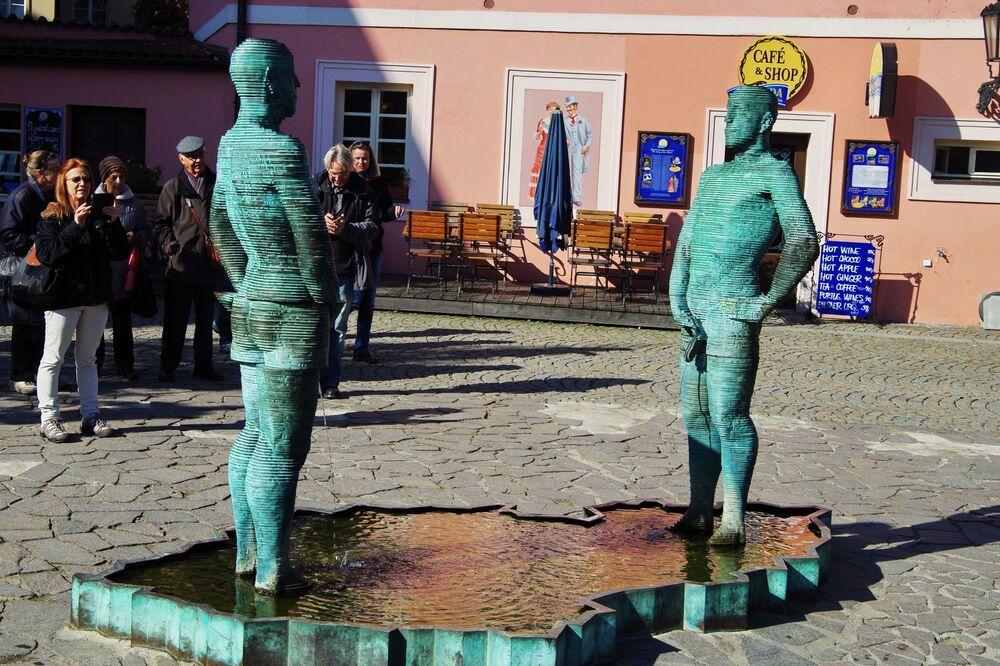 Uomini che fanno pipì, una scultura davanti alla casa di Kafka realizzata dallo scultore ceco David Černý, Praga.