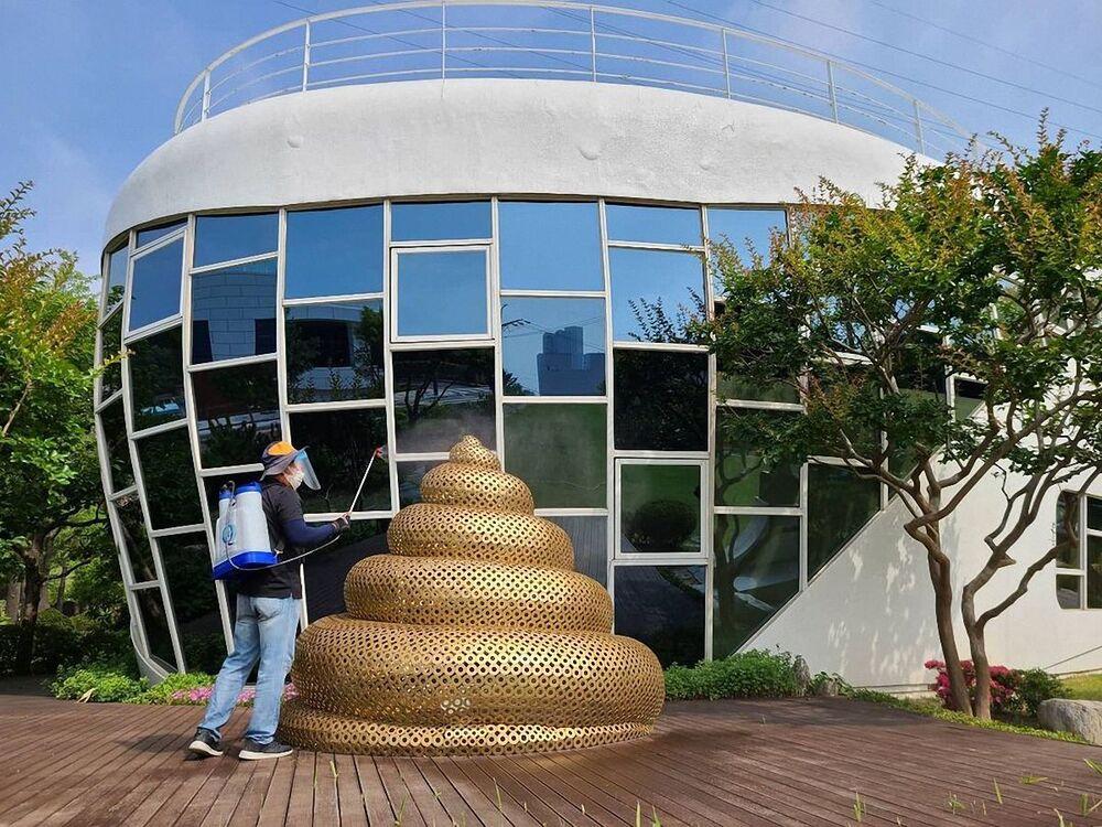 Una scultura di cacca davanti alla casa di Mr. Toilet, il museo del WC in Corea del Sud.