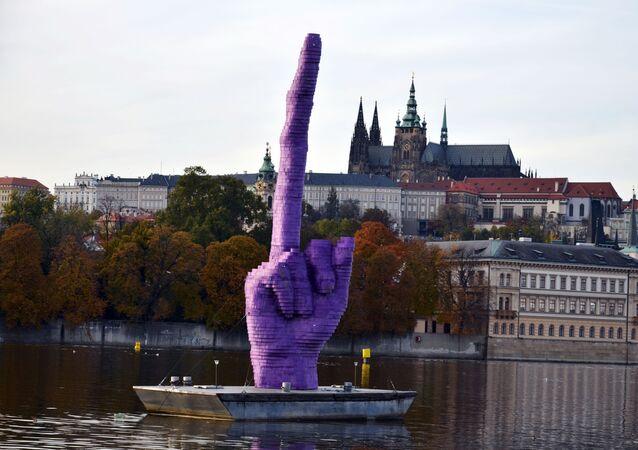 La scultura Gesto dello scultore ceco David Černý, la creazione rappresenta il dito medio che naviga per Praga.
