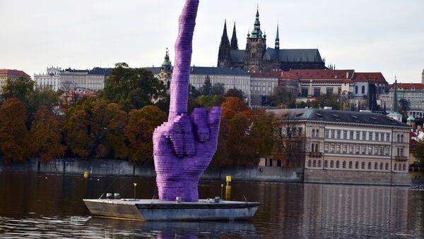 La scultura Gesto dello scultore ceco David Černý, la creazione rappresenta il dito medio che naviga per Praga.  - Sputnik Italia