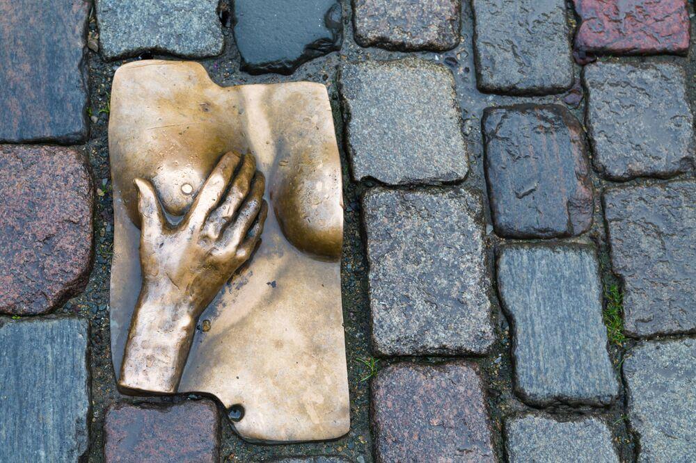 La scultura bronzea che rappresenta una mano che accarezza un seno, quartiere a luci rosse, Amsterdam.