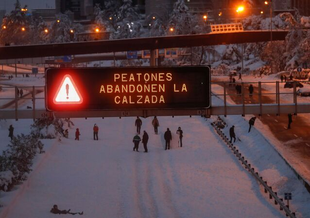 Traffico bloccato causa nevicate a Madrid