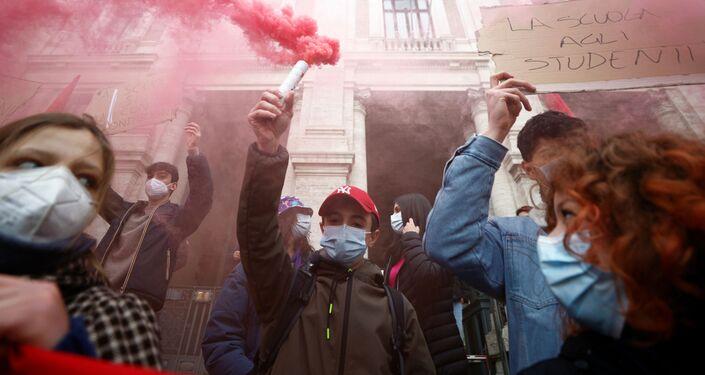 Le proteste a Roma contro la scuola online