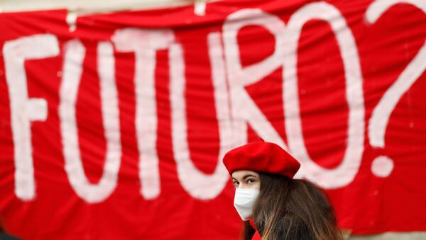 Una partecipante alla manifestazione contro la scuola online a Roma - Sputnik Italia