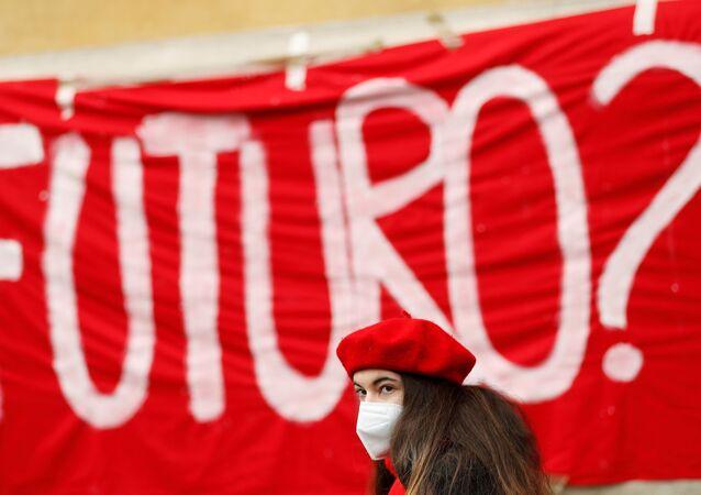 Una partecipante alla manifestazione contro la scuola online a Roma