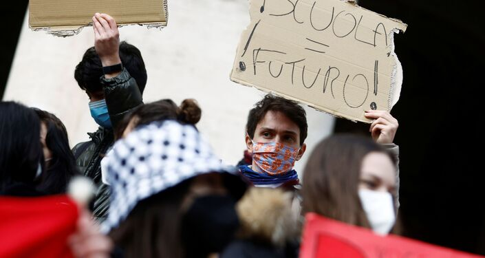 Gli studenti delle scuole superiori protestano a Roma contro la didattica a distanza