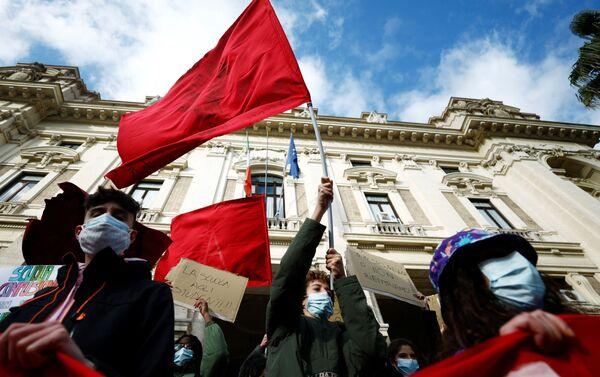 Gli studenti delle scuole superiori protestano a Roma contro la didattica a distanza - Sputnik Italia
