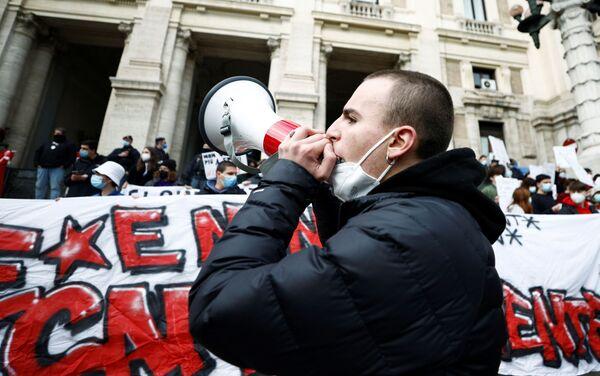 Un partecipante alle proteste a Roma contro la scuola online - Sputnik Italia