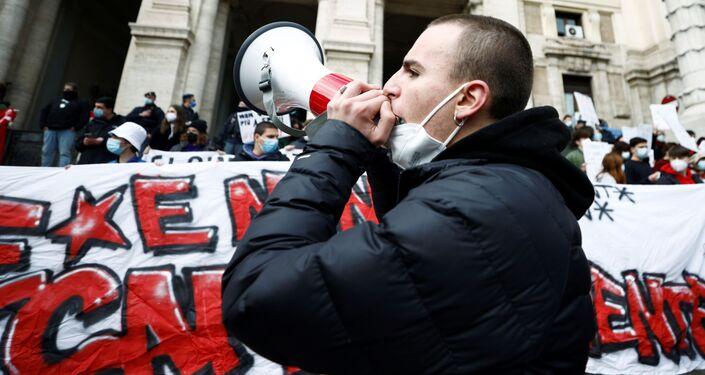 Un partecipante alle proteste a Roma contro la scuola online