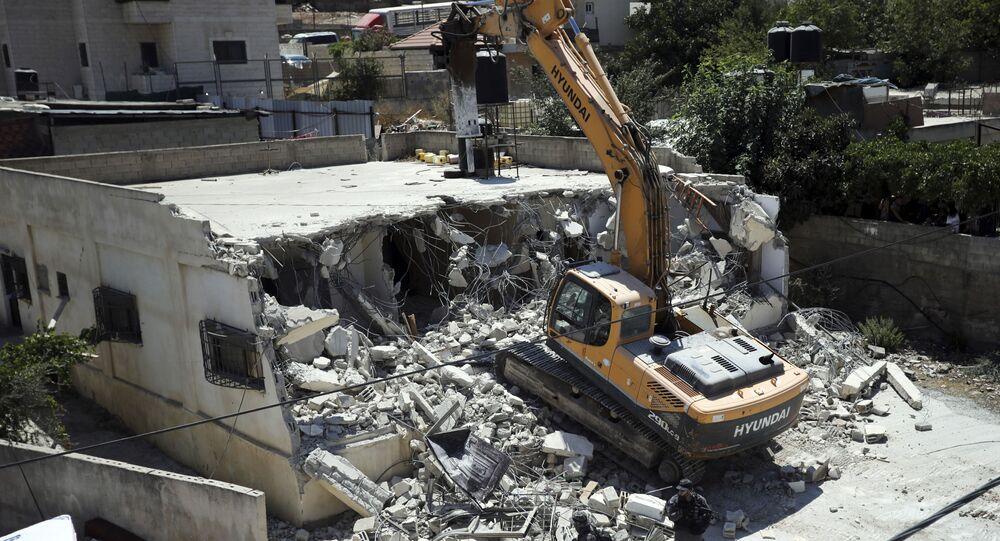 Mezzi israeliani demoliscono una casa di proprietà palestinese a Gerusalemme Est - 21 agosto 2019