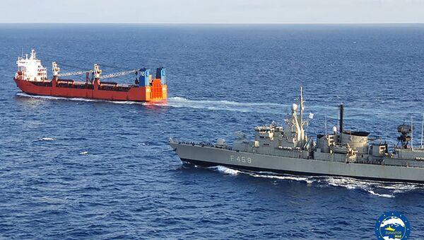 Российский торговый корабль Адлер и греческий корабль F-459 Adrias - Sputnik Italia