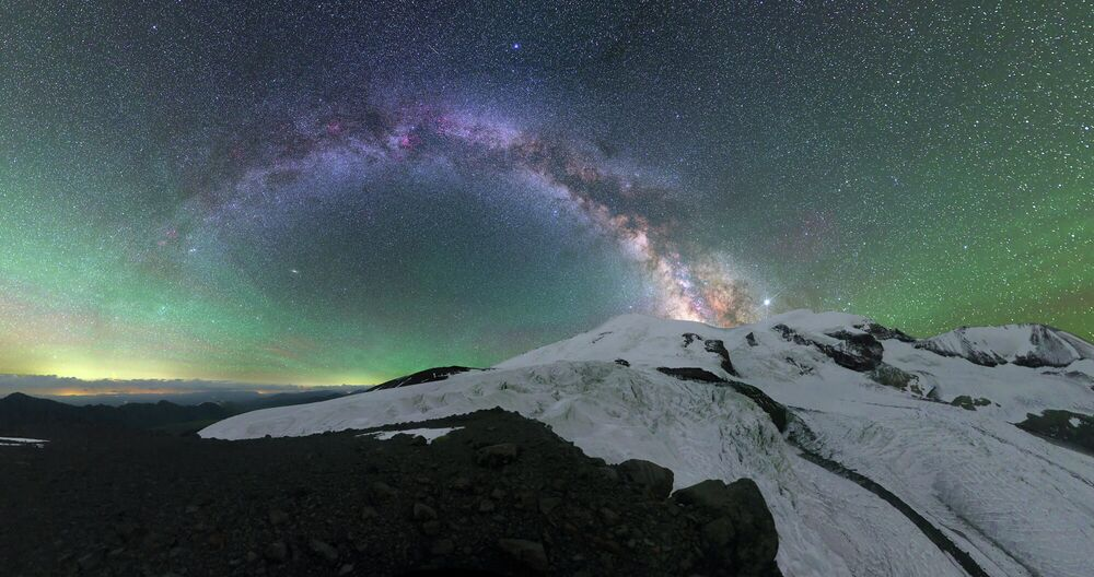 Mikhail Reva. Bagliore atmosferico sull'Elbrus. Repubblica di Cabardino-Balcaria, 2020