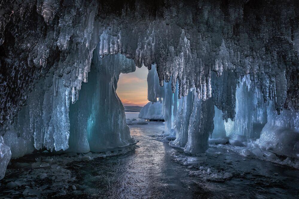 Dmitry Arkhipov. Grotta di ghiaccio sul lago Baikal. Regione di Irkutsk. 2020