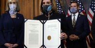 Il presidente della Camera Nancy Pelosi mostra la mozione di impeachment firmata contro il presidente Donald Trump a Washington, mercoledì 13 gennaio, 2021