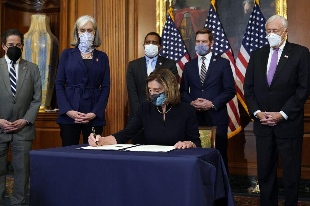 Il presidente della Camera Nancy Pelosi durante la firma della mozione di impeachment contro il presidente degli Stati Uniti Donald Trump