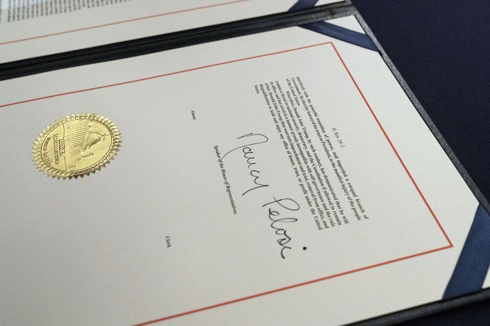 La firma del presidente  della Camera  Nancy Pelosi sulla mozione di impeachment contro il presidente degli Stati Uniti Donald Trump