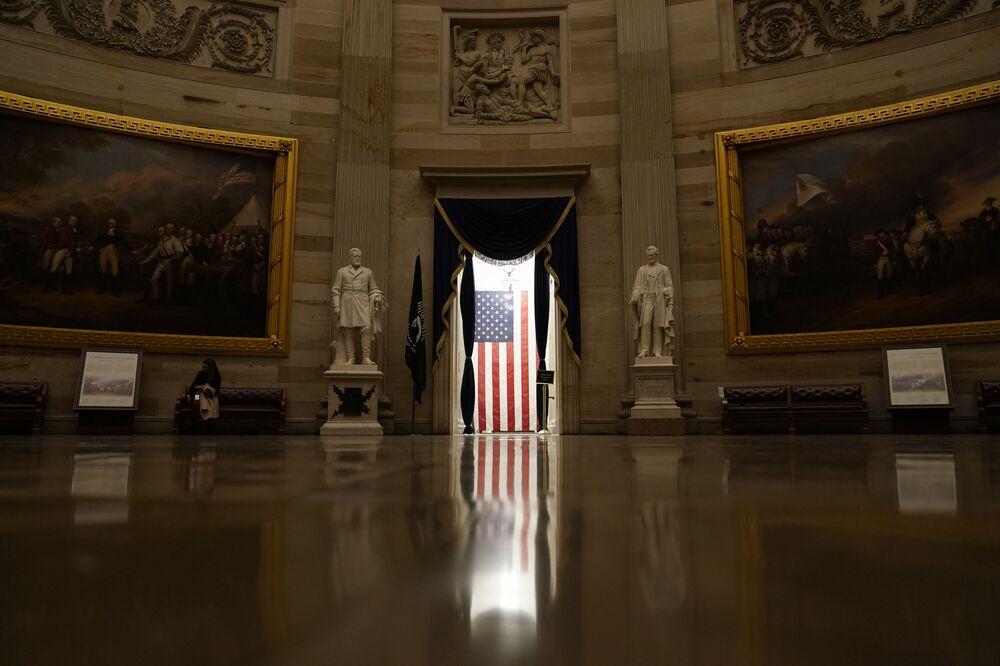 Bandiera americana nell'edificio del Campidoglio a Washington, USA