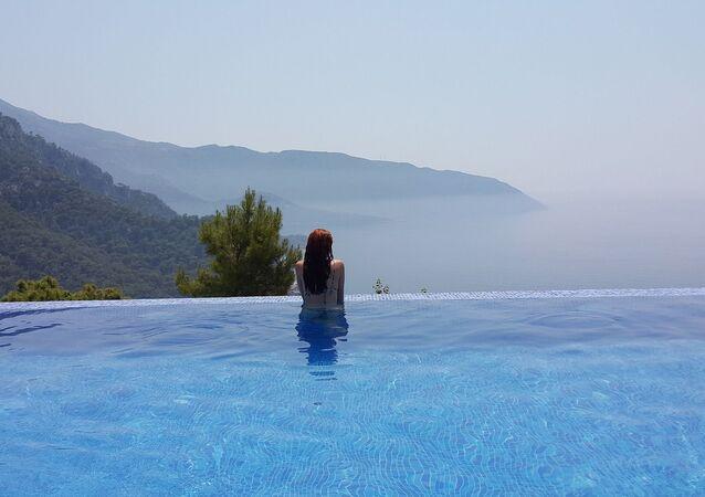 Una piscina con la vista al mare