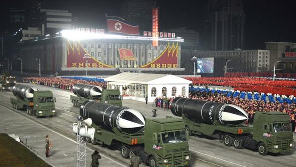 Il nuovo missile balistico per sottomarino, designato provvisoriamente Pukguksong-5, viene svelato alla parata militare a Pyongyang il 14 gennaio 2021 - Sputnik Italia