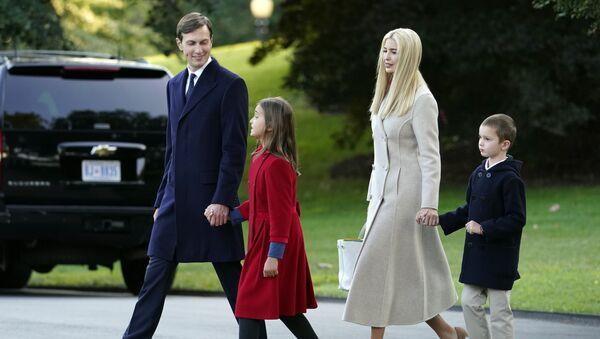 Il consigliere della Casa Bianca Jared Kushner, da sinistra, e la figlia Arabella Kushner, camminano con la moglie Ivanka Trump e il figlio Joseph mentre si preparano a salire a bordo di Marine One con il presidente Donald Trump sul prato sud della Casa Bianca, martedì 22 settembre 2020 - Sputnik Italia
