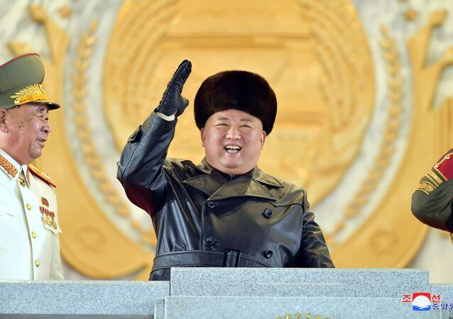 Il leader della Corea del Nord Kim Jong-un saluta i partecipanti alla parata militare.