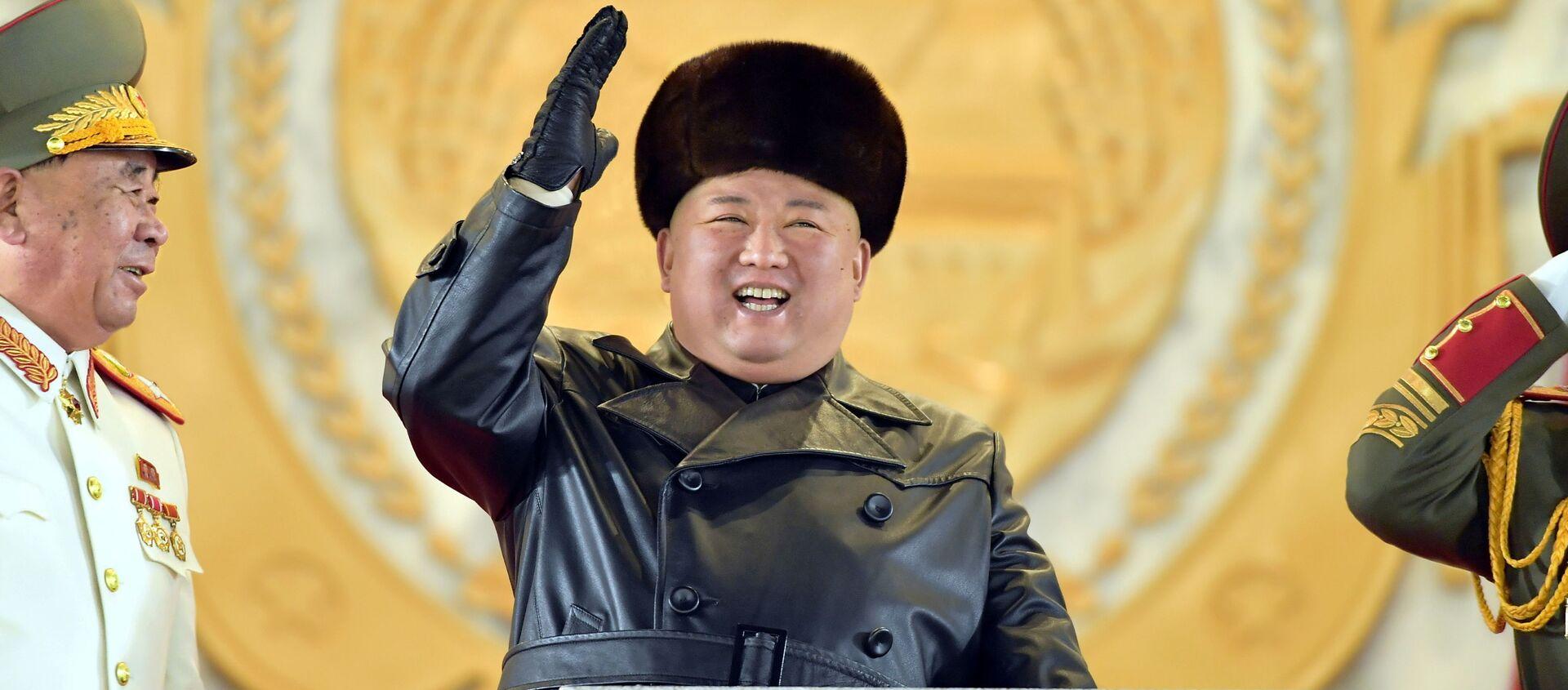 Il leader della Corea del Nord Kim Jong-un saluta i partecipanti alla parata militare.  - Sputnik Italia, 1920, 16.01.2021