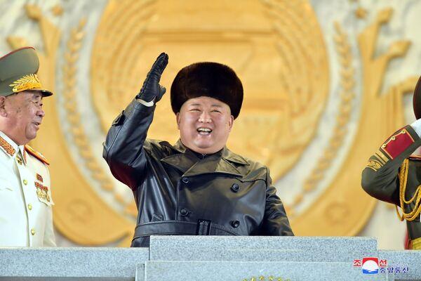 Il leader della Corea del Nord Kim Jong-un saluta i partecipanti alla parata militare.  - Sputnik Italia