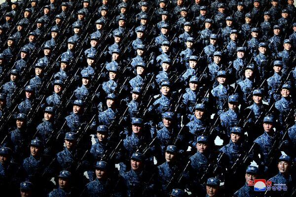 I soldati marciano alla parata militare in occasione dell'ottavo congresso del Partito del Lavoro di Corea a Pyongyang, Corea del Nord.    - Sputnik Italia