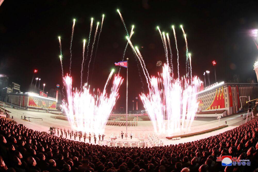 Fuochi d'artificio nel corso della parata militare in occasione dell'ottavo congresso del Partito del Lavoro di Corea a Pyongyang, Corea del Nord.