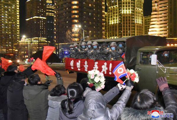 La gente saluta i partecipanti alla parata militare a Pyongyang, Corea del Nord.    - Sputnik Italia