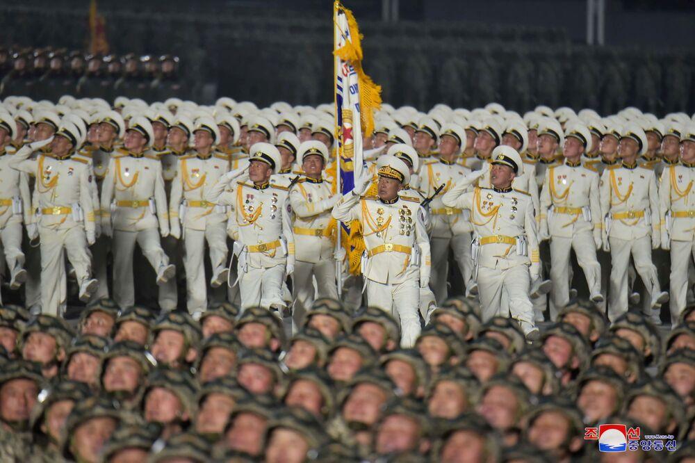 I soldati marciano alla parata militare in occasione dell'ottavo congresso del Partito del Lavoro di Corea a Pyongyang, Corea del Nord.