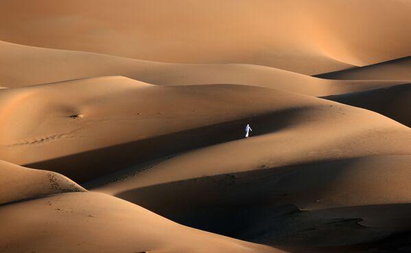 Un uomo nel deserto di Liwa, Emirati Arabi Uniti.  - Sputnik Italia