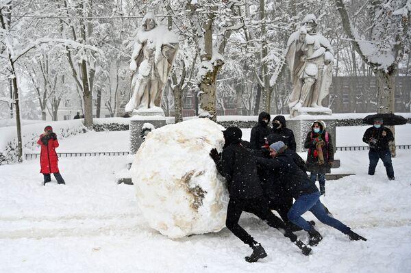 I ragazzini fanno un gigantesco pupazzo di neve a Madrid, Spagna.  - Sputnik Italia