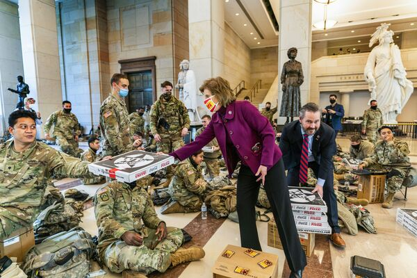 Vicky Hartzler, membro della Camera dei Rappresentanti per lo stato del Missouri, e Michael Waltz, membro della Camera dei Rappresentanti per la Florida, offrono una pizza ai soldati della Guardia Nazionale.  - Sputnik Italia