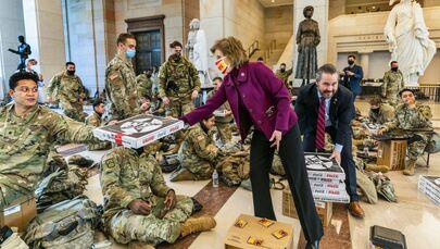 Vicky Hartzler, membro della Camera dei Rappresentanti per lo stato del Missouri, e Michael Waltz, membro della Camera dei Rappresentanti per la Florida, offrono una pizza ai soldati della Guardia Nazionale.