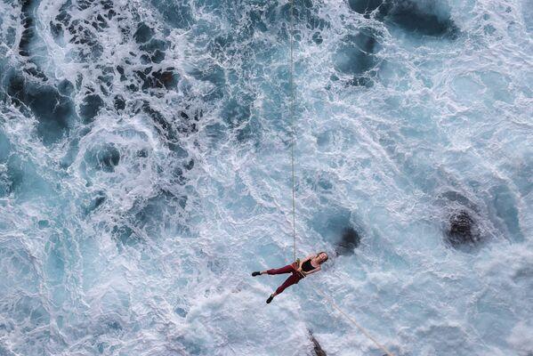 Un'appassionata di sport estremo sospesa su una corda sopra l'oceano, Currarong, Australia.  - Sputnik Italia