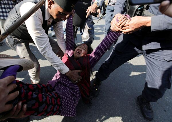 Una persona è stata ferita nel corso degli scontri a Katmandu, Nepal.  - Sputnik Italia