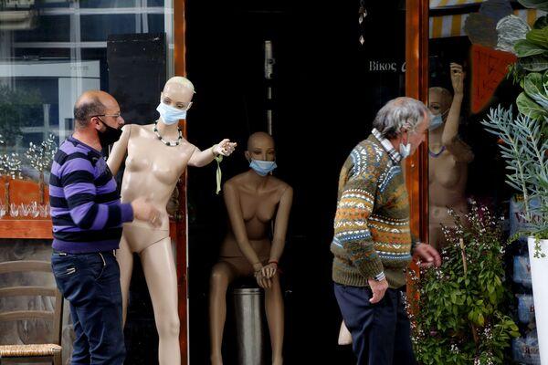 Un proprietario di un negozio porta un manichino in mascherina protettiva, Nicosia, Cipro.  - Sputnik Italia