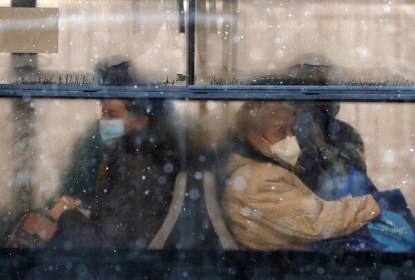 Le persone in mascherina protettiva vanno in autobus, Belgrado, Serbia.  - Sputnik Italia