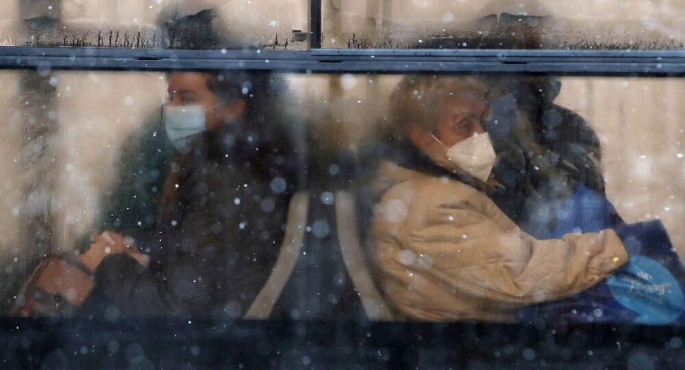 Uomini in maschere protettive in autobus