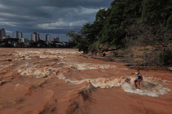 Surfista in un fiume in Brasile durante la stagione delle piogge.  - Sputnik Italia