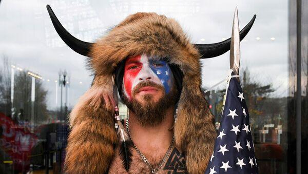 Jacob Anthony Chansley, noto anche come Jake Angeli, dell'Arizona, posa con la faccia dipinta con i colori della bandiera degli Stati Uniti mentre i sostenitori del presidente degli Stati Uniti Donald Trump si riuniscono a Washington, 6 gennaio 2021 - Sputnik Italia