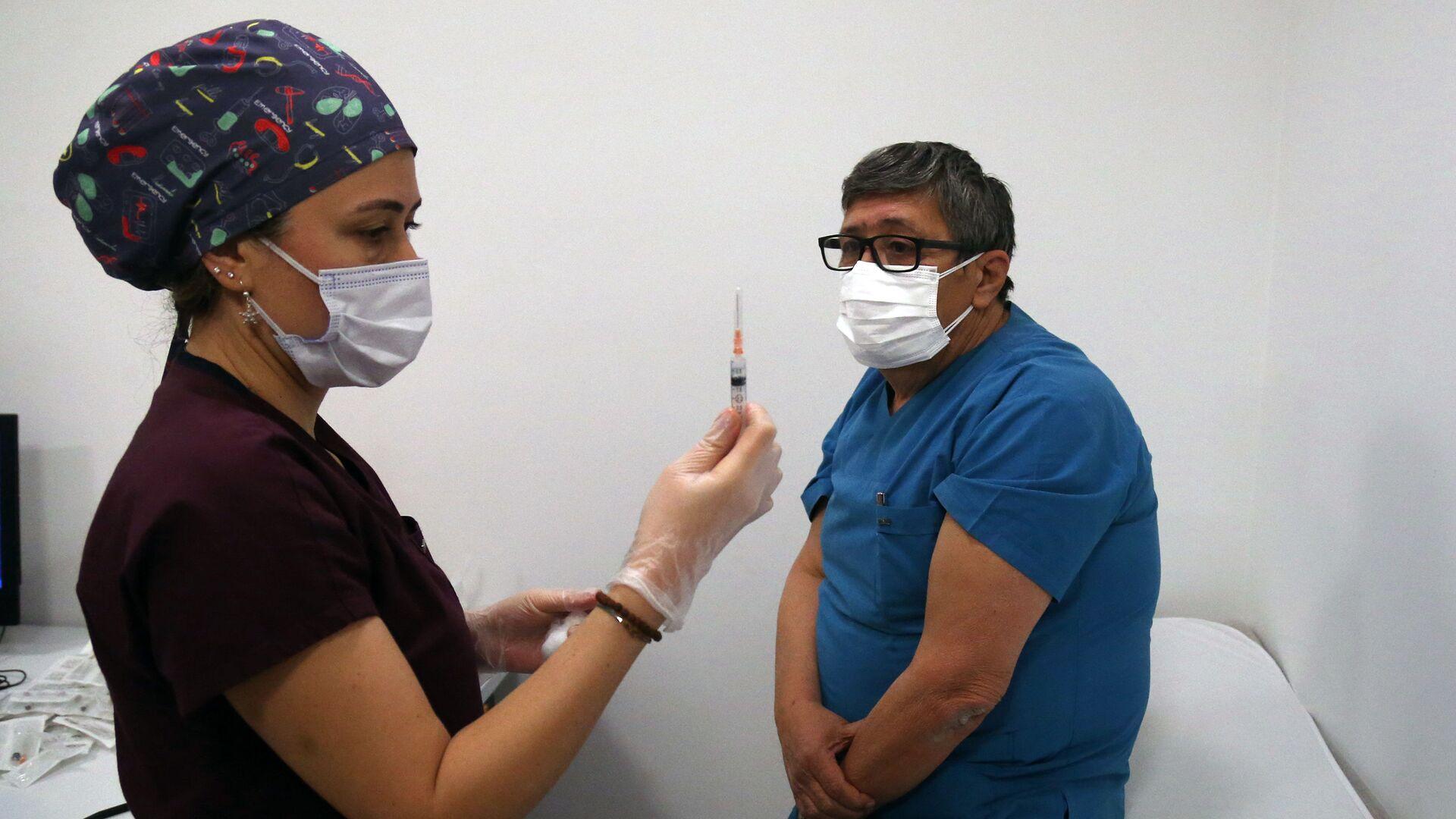Iniezione del vaccino anti-Covid ad un'operatore sanitario, Turchia - Sputnik Italia, 1920, 24.06.2021