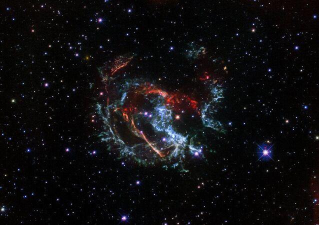 Una foto della supernova 1E 0102.2-7219, fatta con il telescopio spaziale Hubble