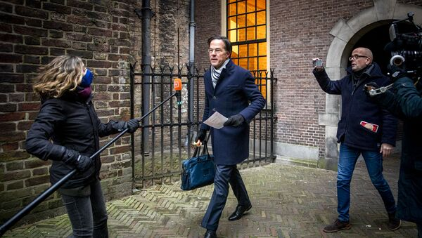 Dutch Prime Minister Mark Rutte is surrounded by the press as he arrives before the Council of Ministers at the Binnenhof in The Hague on January 15, 2021, where the ministers are meeting to discuss the political consequences of the benefits affair. - Sputnik Italia