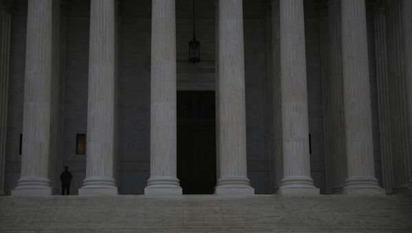 A United States Supreme Court Police Officer stands guard at the steps of the the United States Supreme Court - Sputnik Italia