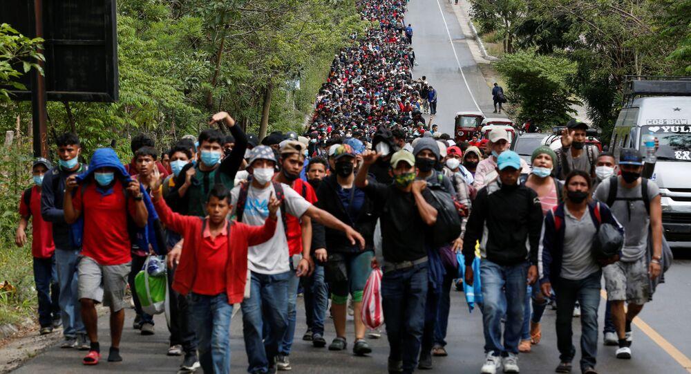 HGli honduregni che prendono parte a una nuova carovana di migranti destinata agli Stati Uniti, camminano lungo una strada a El Florido, in Guatemala, il 16 gennaio 2021.
